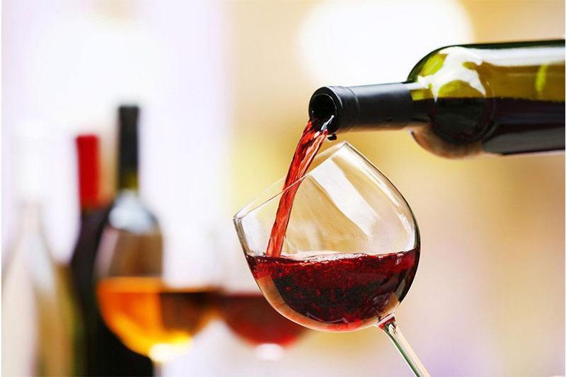 """Rượu vang – đồ uống """"cứu cánh"""" cho chị em khi tổ chức tiệc liên hoan công ty"""